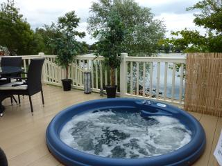 Tally Ho 1 ! Luxury Let; hot tub, fishing and wifi, Tattershall