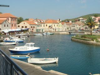 Charming flat right on the bay, Vrboska