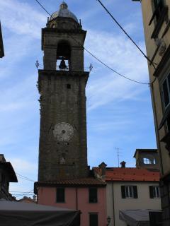 il simbolo di Pontremoli: 'il campanone' fatto erigere da Castruccio Castracani