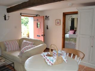 Charming Rural Barn Retreat (Woodpecker Cottage), Lampeter