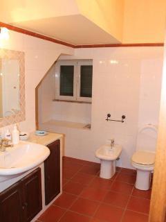 Bagno piano terra. Lavandino,gabinetto,bidet. in fondo, non visibile in foto, vasca da bagno.