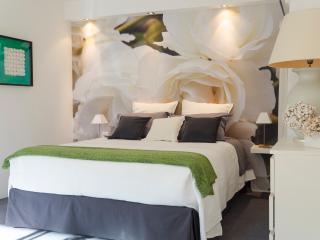 the bed corner in the studio White Opéra