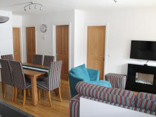 Family ski & hiking apartment, 5 minute walk of gondola, bars and restaurants