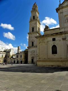 la piazza della Cattedrale con la torre campanaria