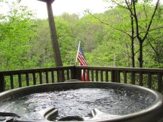 2BR Cabin Home, Hot Tub, Walking Distance From Beech Mountain Club, Close to Ski Slopes