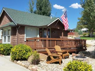 1907 Romantic Downtown Cabin w/HOT TUB in Historic Estes Highlands. Walk to Everything!! Free WiFi, Newly restored. CHARMING!, Estes Park