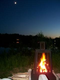 Feu de joie sur le bord du lac
