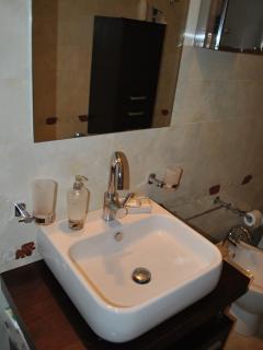 comodo lavabo nel bagno
