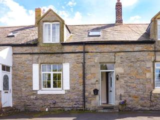 BOWSDEN HALL FARM COTTAGE, pet-friendly, country holiday cottage, with a garden, Lowick