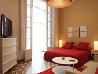 3BR/3BA Painted in White Apartment with Balcony, Barcelona
