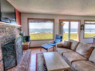 Charming Ocean Front Home with Hot Tub!, Yachats