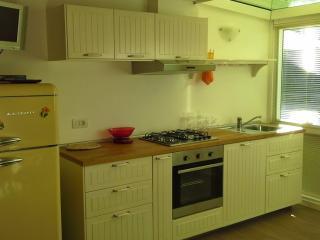 La cucina è nuova e attrezzata di lavastoviglie. La TV riceve tramite parabola.