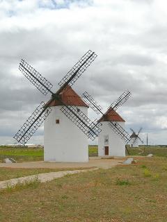 Molinos de Viento de Mota del Cuervo (Cuenca) lugar donde esta ubicada casa-rural Santa Rita