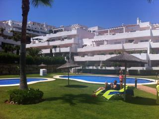 Los Altos de Lunimar, 2 bedr apt with pool/seaview, Estepona