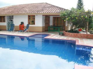 SAFE, RELAXING CHALET FOR 10 IN ARMENIA, COLOMBIA!, Armenia