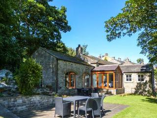 BENINGBOROUGH, woodburner, en-suite bedrooms, far-reaching views, in Middleham