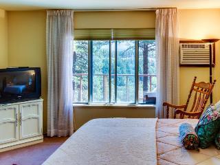 Cozy, dog-friendly high desert home with spacious deck - close to Mesa Verde!