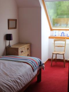 Light and airy twin room (2x3 ft beds) with Velux window.