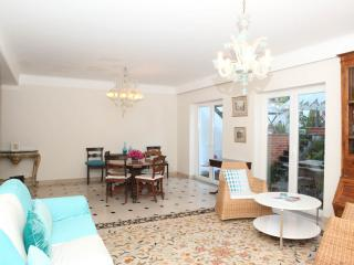 FABULOUS PRIVATE VILLA AND POOL IN CENTRAL LISBON