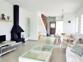 Preciosa casa nueva con jardin en la playa-Calafat