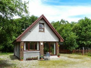 SINGING HEART COTTAGE, tranquil holiday cottage, garden with furniture, great