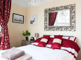 Pied-a-Terre ..... 2 minutes walk to Viking Bay