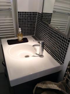 Salle de bain lavabo, sèche serviette tout confort..(linge de toilette et savon fournis)