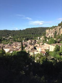 Vue du village de Cotignac avec son rocher, ses belles maisons.