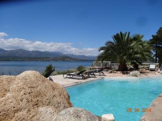 pieds dans l'eau plage piscine, villa pour 4, rare
