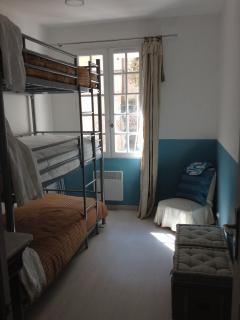 Chambre 3 lits superposés pour adultes . matelas confort ,avec fenêtre vue sur cour.