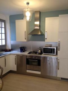 Espace cuisine tout confort avec électroménager neuf ( lave vaisselle, réfrigérateur, Nespresso..)