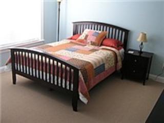 2 º dormitorio con cama de espuma de memoria doble con vistas a piscina