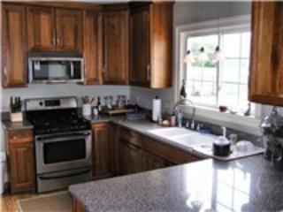 Me encanta mi cocina.  Cuchillos, un montón de platos y vasos, mostradores de granito y utensilios de cocina muy bueno