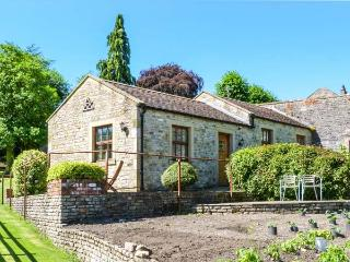 THE SUMMER PALACE, detached, en-suite, woodburner, parking, garden, in Middleham, Ref 904813