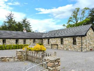 TOMMY CLARKE'S COTTAGE, open fire, ground floor, pet-friendly cottage near Bally