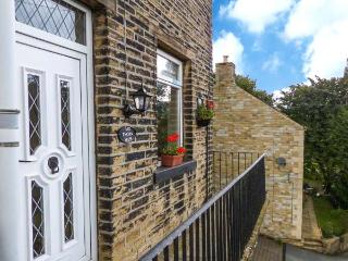 COTTAGE IN THE SKY, end-terrace cottage, pet-friendly, near Hebden Bridge, Ref