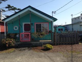Cozy Cottage 1 Block to the Beach & Dog Friendly