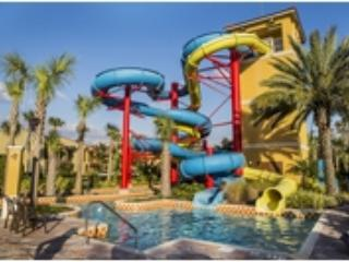 Amazing 2 Bedroom Villa with Waterslides, Lazy River, Splash Pad, Spa, Tiki Bar, Kissimmee