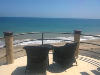 Beach front penthouse condo with a stunning view!, Crucita