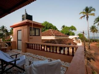 Old Cosy Romantic Portuguese Beach side Villa, Anjuna