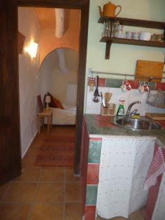 cocina y pasillo a bano
