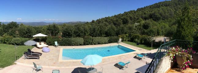 La piscine et la vue sur la vallée de la Durance et le Luberon
