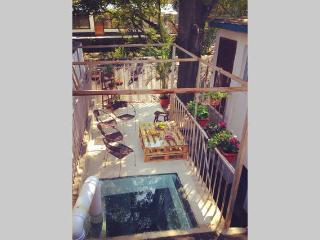 Private hutong w/ courtyard & rooftop, Pechino