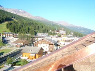 Santa Caterina Valfurva di fronte alle piste sci