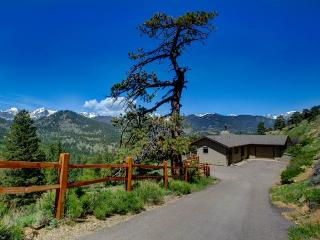 The Stevenson: Panoramic RMNP Views, 1 Acre Lot, Hot Tub, Ping Pong, Wildlife, Estes Park