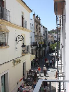 Vista a calle peatonal y Plaza del Cabildo