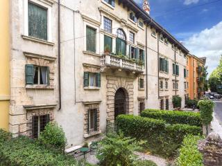 Spacious and historic 3rooms apartment with garden, Verona