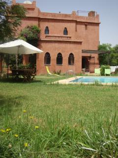 Vue jardin plus piscine plus salle à manger d'extérieur