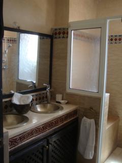 Salle de bain avec douche, toilettes.