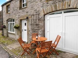 THE STABLES, pet-friendly cottage with Jacuzzi bath, great views, patio in, Horton-in-Ribblesdale